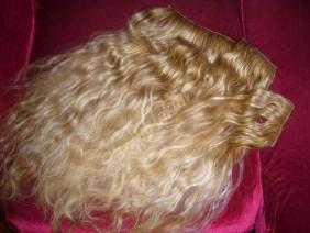 пряди вьющихся волос