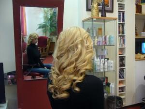 вьющиеся волосы блонд