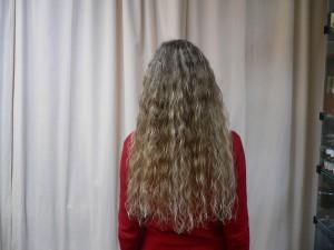 светло русые вьющиеся волосы