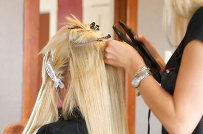 снимает нарощеннные волосы